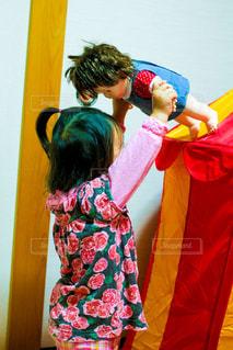 お人形に高い高いをする女の子の写真・画像素材[1229713]