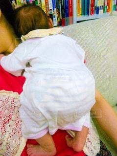 ママの上でお昼寝の写真・画像素材[1240488]