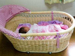 籐の籠をベビーベッドに眠る赤ちゃんの写真・画像素材[1247898]