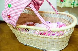 籐の籠で眠る赤ちゃんの写真・画像素材[1247899]
