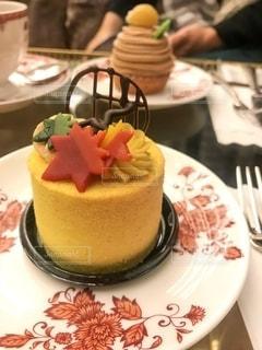 皿の上のケーキの写真・画像素材[2744743]
