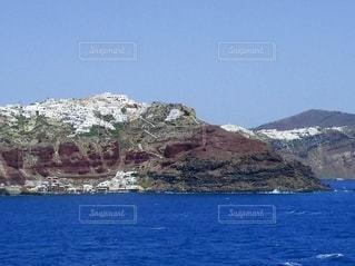 船上から見たサントリーニ島の写真・画像素材[2777684]