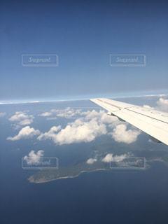 島の上を進む飛行機の写真・画像素材[1197902]