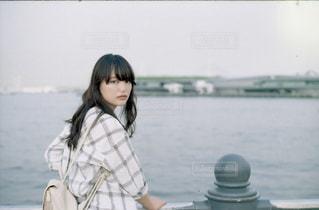 女性,1人,20代,海,夏,ロングヘア,人物,横浜,若い,振り返る,若い女性