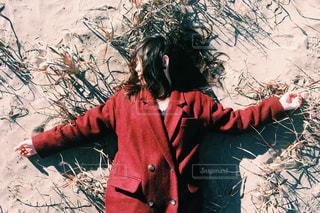 赤いコートの彼女の写真・画像素材[280067]