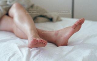 赤ちゃんのベッドの上で横になっています。の写真・画像素材[728899]