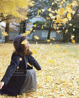 黄色の花の人の写真・画像素材[728901]