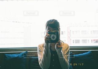 カメラにポーズを鏡の前で座っている女 - No.765041
