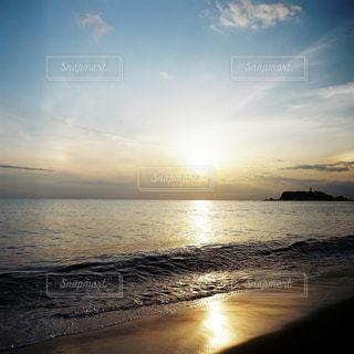 水の体に沈む夕日の写真・画像素材[913797]
