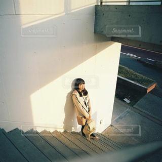 部屋に立っている女の写真・画像素材[913798]