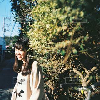 森の前に立っている人の写真・画像素材[913799]