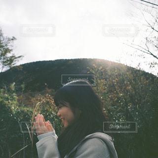 山の前に立っている人の写真・画像素材[913801]