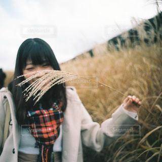草の中に立っている女性の写真・画像素材[913802]