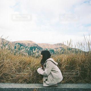 湖の隣に立っている男の写真・画像素材[913804]