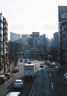 大量のトラフィックでいっぱいの都市通りの写真・画像素材[1041836]