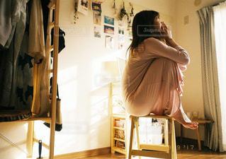 部屋に立っている人の写真・画像素材[1099874]