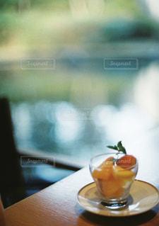 テーブルの上に座って花瓶の写真・画像素材[1099882]