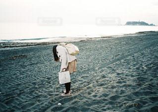 水の体の横に立っている人の写真・画像素材[1116638]