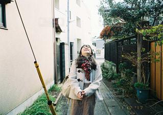 歩道の上に立っている人の写真・画像素材[1116639]