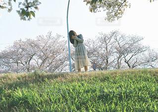草の覆われてフィールド上に立っている人の写真・画像素材[1181537]