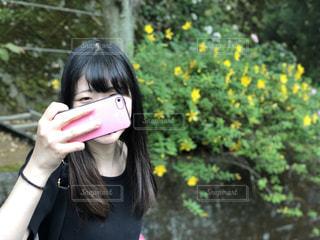 携帯電話で通話中の女性の写真・画像素材[1212632]