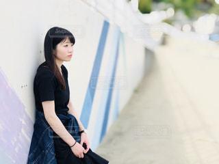 黒のドレスを着ている女性の写真・画像素材[1212635]