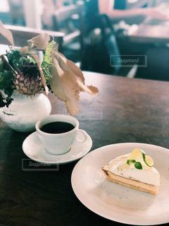食品やコーヒー テーブルの上のカップのプレートの写真・画像素材[1441021]