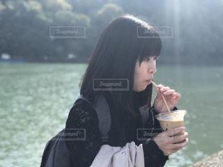 水のガラスを保持している女性の写真・画像素材[1525390]