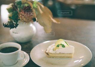 テーブルの上のコーヒー カップの写真・画像素材[1533117]