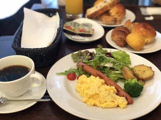 食品とコーヒーのカップのプレートの写真・画像素材[1553949]