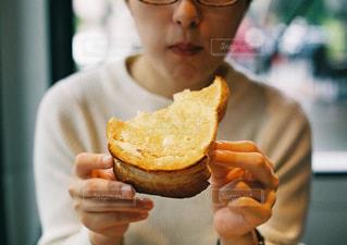 人は、サンドイッチを食べています。の写真・画像素材[1561405]