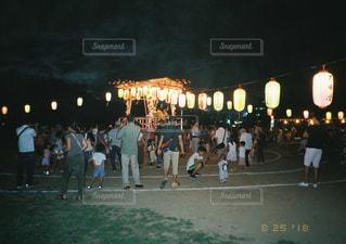 観衆の前で立っている人のグループの写真・画像素材[1588708]