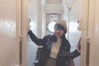 カメラにポーズ鏡の前に立っている人の写真・画像素材[1629894]
