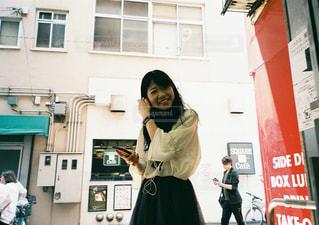 建物の前に立っている人の写真・画像素材[2425834]