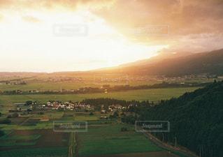 日没時の街の眺めの写真・画像素材[2425838]