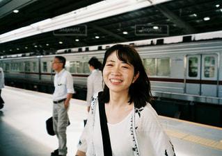 駅で待っているxia Chenの写真・画像素材[2425845]