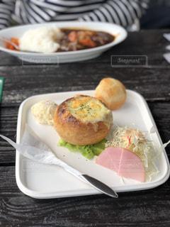皿の上の食べ物の皿の写真・画像素材[2785390]