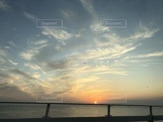水域に沈む夕日の写真・画像素材[2785419]