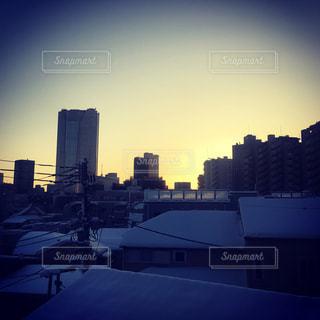 バック グラウンドで市と水体に沈む夕日の写真・画像素材[993595]