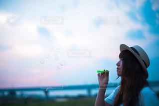 夕焼けとシャボン玉の写真・画像素材[1253373]