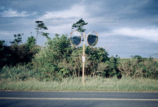 道の端にバイクに乗る人の写真・画像素材[1553017]