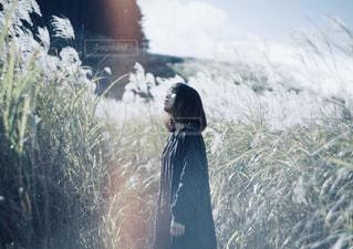 草の中に立っている人の写真・画像素材[1680821]