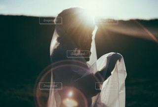 光を持っている人の写真・画像素材[1723117]