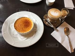 食品やコーヒー テーブルの上のカップのプレートの写真・画像素材[1198569]