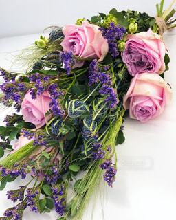 テーブルの上に花瓶の花の花束の写真・画像素材[1198824]