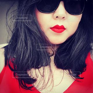 赤リップとサングラスの女性のアップの写真・画像素材[1198848]