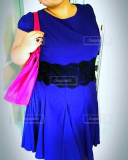 紫色のドレスを着ている女性の写真・画像素材[1198851]