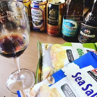テーブルの上にワインのボトルの写真・画像素材[1198920]