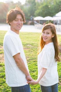 草の中に立っている人のカップルの写真・画像素材[2925147]