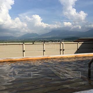 阿蘇のホテル屋上の露天風呂の写真・画像素材[1199200]